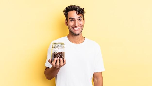 Spaanse knappe man die er blij en aangenaam verrast uitziet. koffiebonen fles