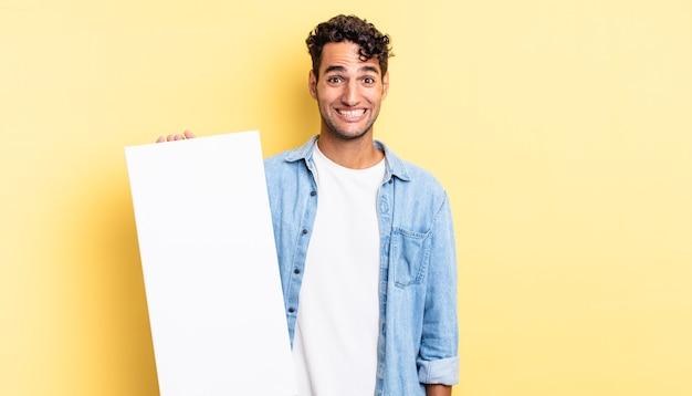 Spaanse knappe man die er blij en aangenaam verrast uitziet. leeg canvasconcept