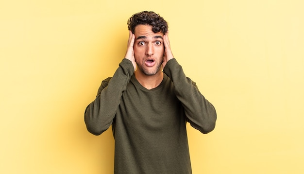 Spaanse knappe man die er onaangenaam geschokt, bang of bezorgd uitziet