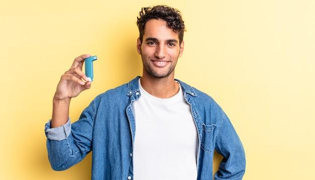 Spaanse knappe man die gelukkig lacht met een hand op de heup en zelfverzekerd. astma concept