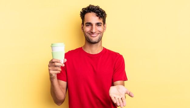 Spaanse knappe man die vrolijk lacht met vriendelijk en een concept aanbiedt en toont. afhaal koffie concept