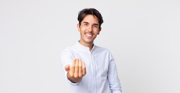 Spaanse knappe man die zich gelukkig, succesvol en zelfverzekerd voelt, een uitdaging aangaat en zegt kom maar op! of je verwelkomen