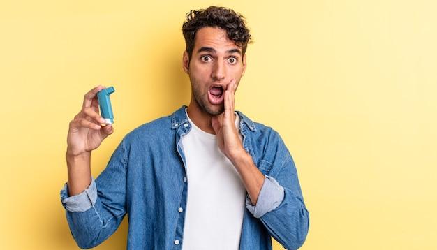 Spaanse knappe man die zich geschokt en bang voelt. astma concept