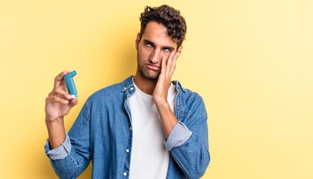 Spaanse knappe man die zich verveeld, gefrustreerd en slaperig voelt na een vermoeiende astma concept