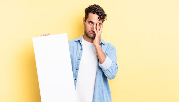 Spaanse knappe man die zich verveeld, gefrustreerd en slaperig voelt na een vermoeiende leeg canvasconcept