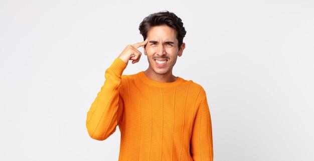 Spaanse knappe man die zich verward en verbaasd voelt en laat zien dat je gek, gek of gek bent