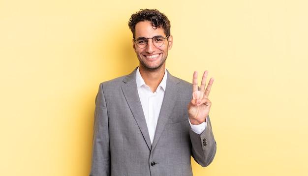 Spaanse knappe man lacht en ziet er vriendelijk uit, met nummer drie. bedrijfsconcept