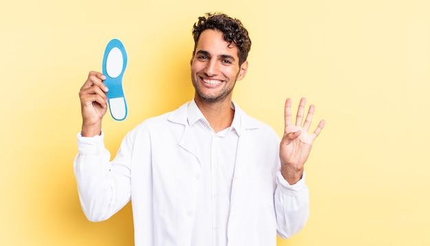 Spaanse knappe man lacht en ziet er vriendelijk uit, met nummer vier. pedicure concept