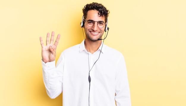 Spaanse knappe man lacht en ziet er vriendelijk uit, met nummer vier. telemarketeer concept