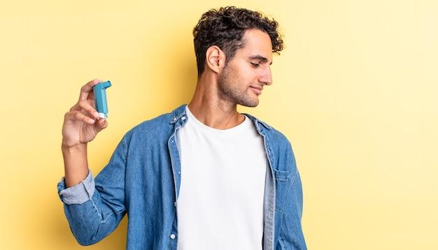 Spaanse knappe man op profielweergave denken, verbeelden of dagdromen. astma concept