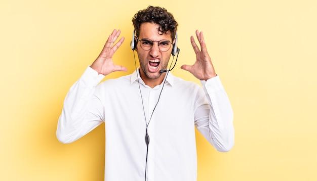Spaanse knappe man schreeuwen met handen omhoog in de lucht. telemarketeer concept