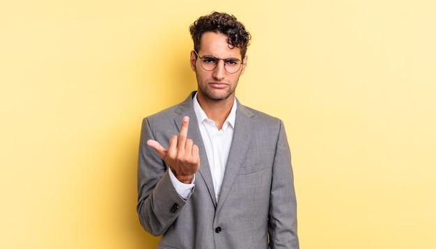 Spaanse knappe man voelt zich boos, geïrriteerd, opstandig en agressief. bedrijfsconcept