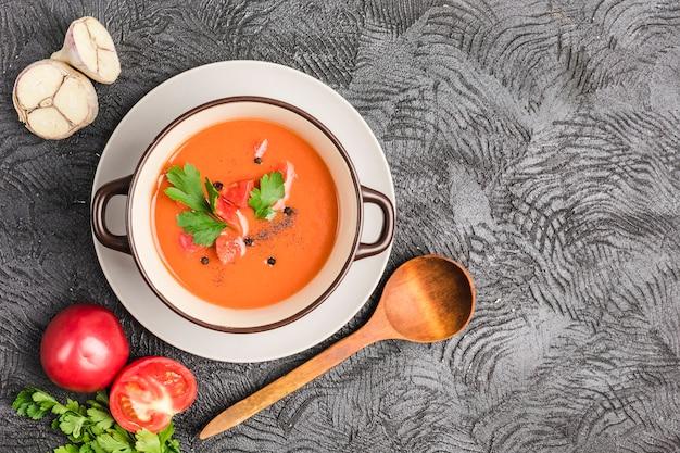 Spaanse koude gazpachosoep met tomaten en verse kruiden