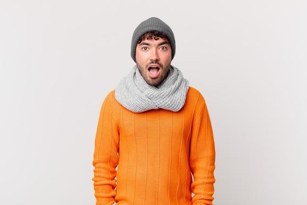 Spaanse man die erg geschokt of verrast kijkt, starend met open mond en zegt wow