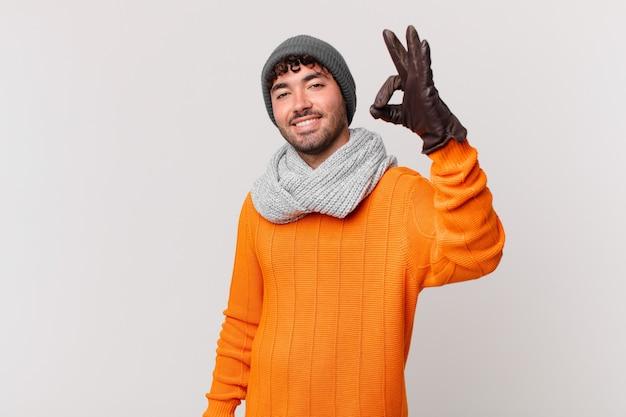 Spaanse man die zich gelukkig, ontspannen en tevreden voelt, goedkeuring toont met een goed gebaar, glimlachend