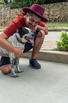 Spaanse man gebogen, glimlachend naar zijn hond