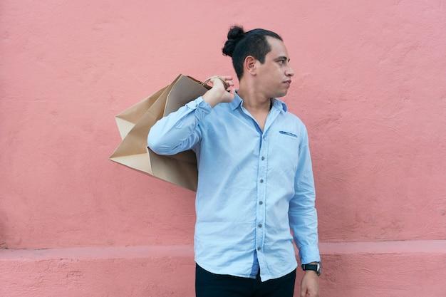 Spaanse man met boodschappentassen