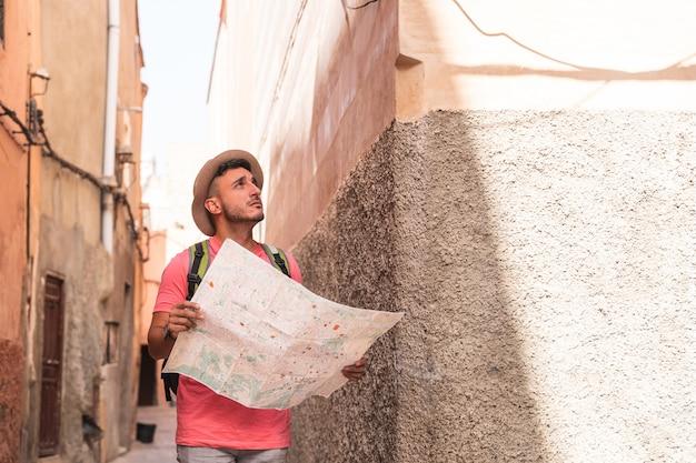 Spaanse man met kaart met rugzak in marokko