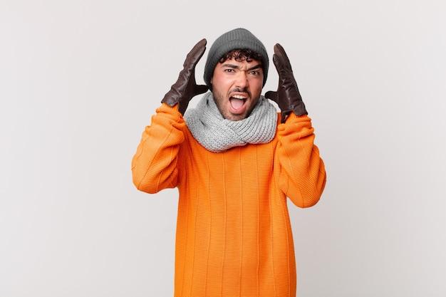 Spaanse man schreeuwt met handen in de lucht, voelt zich woedend, gefrustreerd, gestrest en overstuur