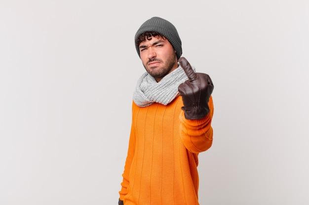 Spaanse man voelt zich boos, geïrriteerd, opstandig en agressief, draait de middelvinger om, vecht terug