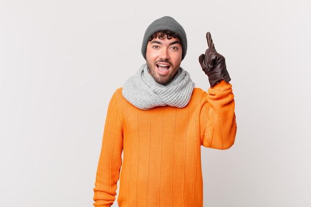Spaanse man voelt zich een gelukkig en opgewonden genie na het realiseren van een idee, vrolijk vinger opstekend, eureka!