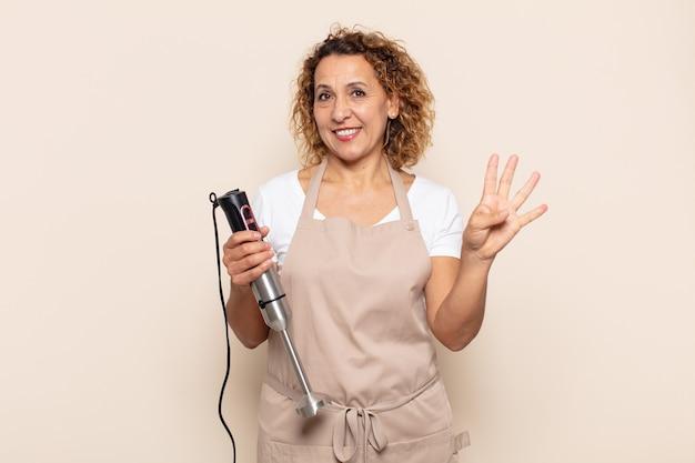 Spaanse middelbare leeftijdsvrouw die en vriendelijk glimlacht kijkt, nummer vier of vierde met vooruit hand toont, aftellend