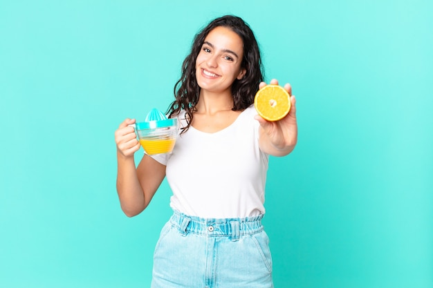 Spaanse mooie chef-kokvrouw. sinaasappelsap concept