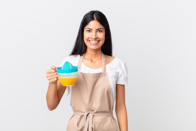 Spaanse mooie chef-kokvrouw. sinaasappelsap en ontbijtconcept