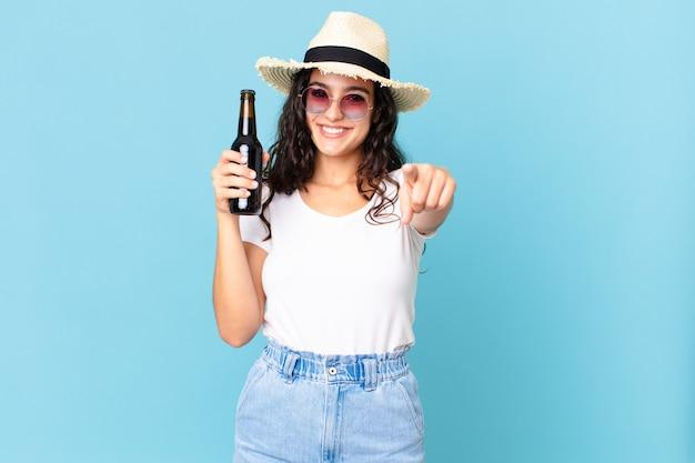 Spaanse mooie reizigersvrouw met een flesje bier