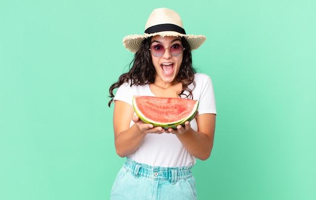 Spaanse mooie toeristenvrouw die een watermeloen houdt