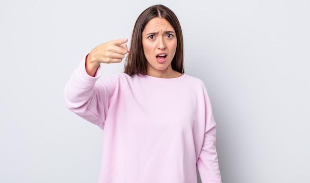 Spaanse mooie vrouw die naar de camera wijst met een boze agressieve uitdrukking die eruitziet als een woedende, gekke baas