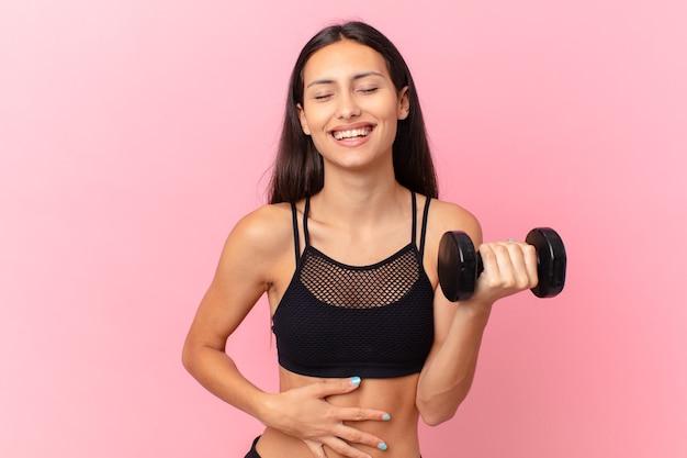 Spaanse mooie vrouw met een halter. fitnessconcept
