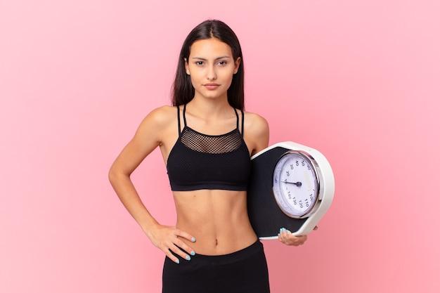 Spaanse mooie vrouw met een schaal. dieet concept
