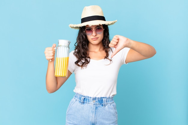 Spaanse mooie vrouw met een sinaasappelsap