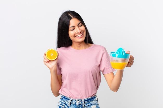 Spaanse mooie vrouw. sinaasappelsap en ontbijtconcept