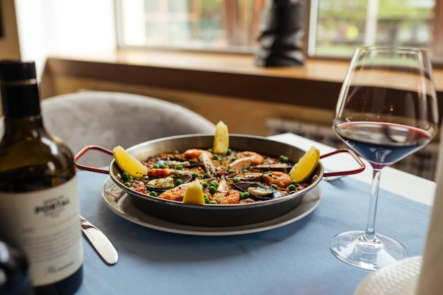 Spaanse nationale rijstgerecht paella met zeevruchten in een pan