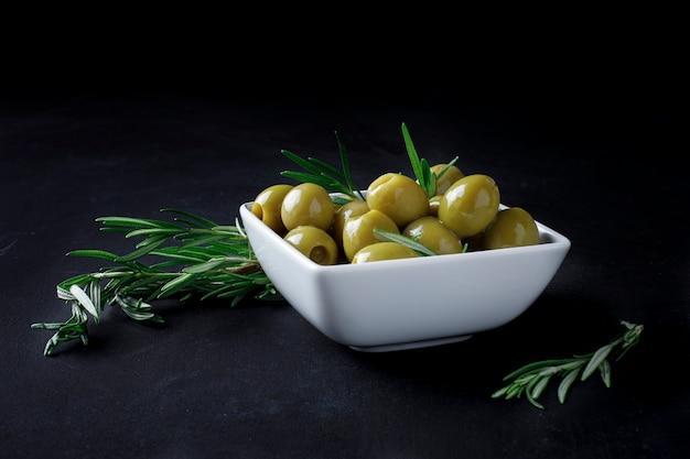 Spaanse olijven met bladeren
