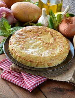 Spaanse omelet met aardappel en ei, begeleid door olijfolie