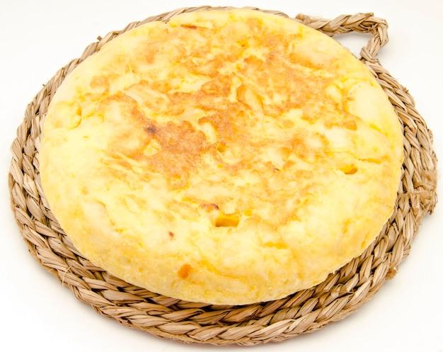 Spaanse omelet op bruin dienblad