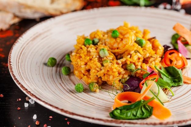 Spaanse paella met zeevruchten en garnalen.