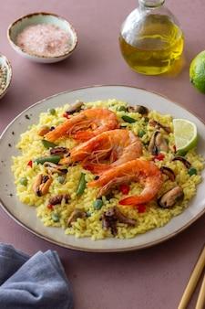 Spaanse paella met zeevruchten, garnalen en groenten. gezond eten. spaanse keuken.