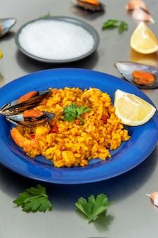 Spaanse paella op plaat op tafel