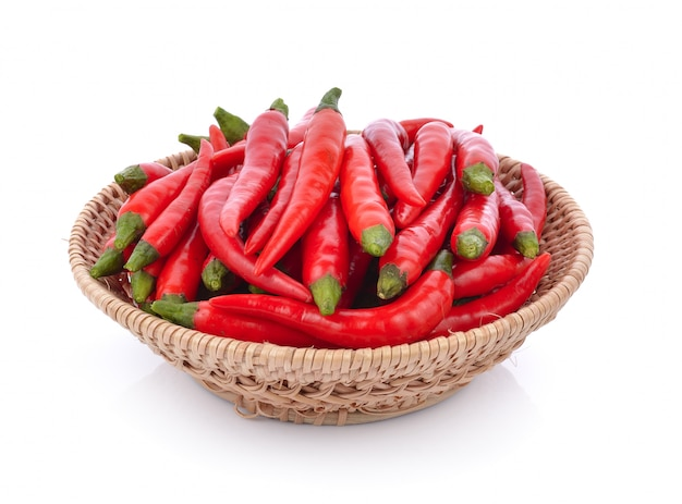 Spaanse peper in mand op wit