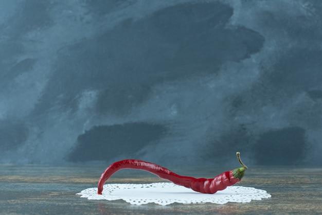 Spaanse peper roodgloeiende peper op marmeren achtergrond