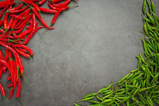 Spaanse peperpeper op donkere oppervlakte
