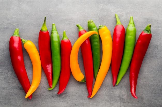 Spaanse peperpeper op grijze lijst