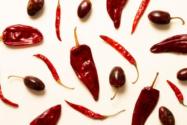 Spaanse pepers op duidelijke achtergrond