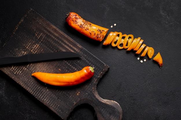 Spaanse peperspeper op houten raads hoogste mening wordt gesneden die