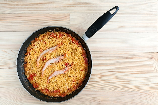 Spaanse rijst of paella met garnalen en vis