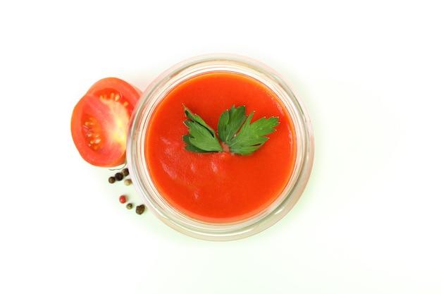 Spaanse soep gazpacho geïsoleerd op witte achtergrond